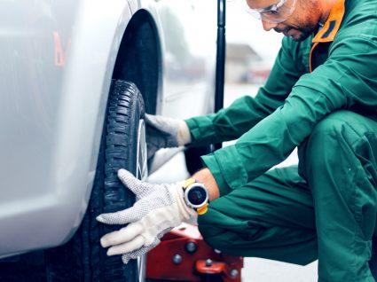 mecânico a trocar pneus para evitar multa por pneu careca