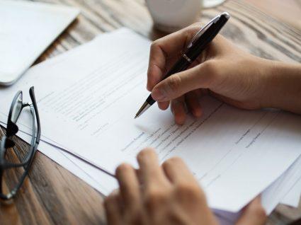 pessoa a assinar contrato para oficializar a passagem a efetivo