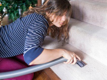 mulher a aspirar escadas com alcatifa