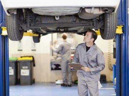 mecânico a ver possíveis problemas com a bomba de água do carro