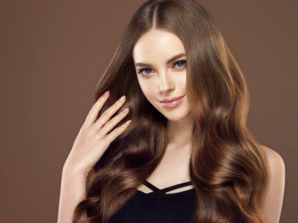Mulher com cabelo forte e brilhante