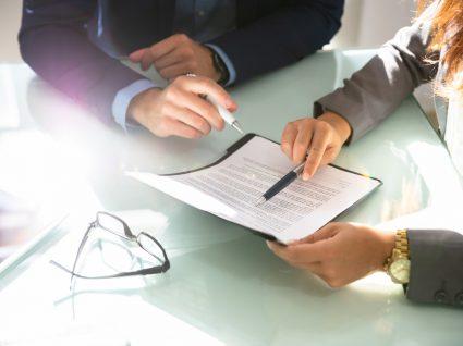pessoas a analisar um contrato