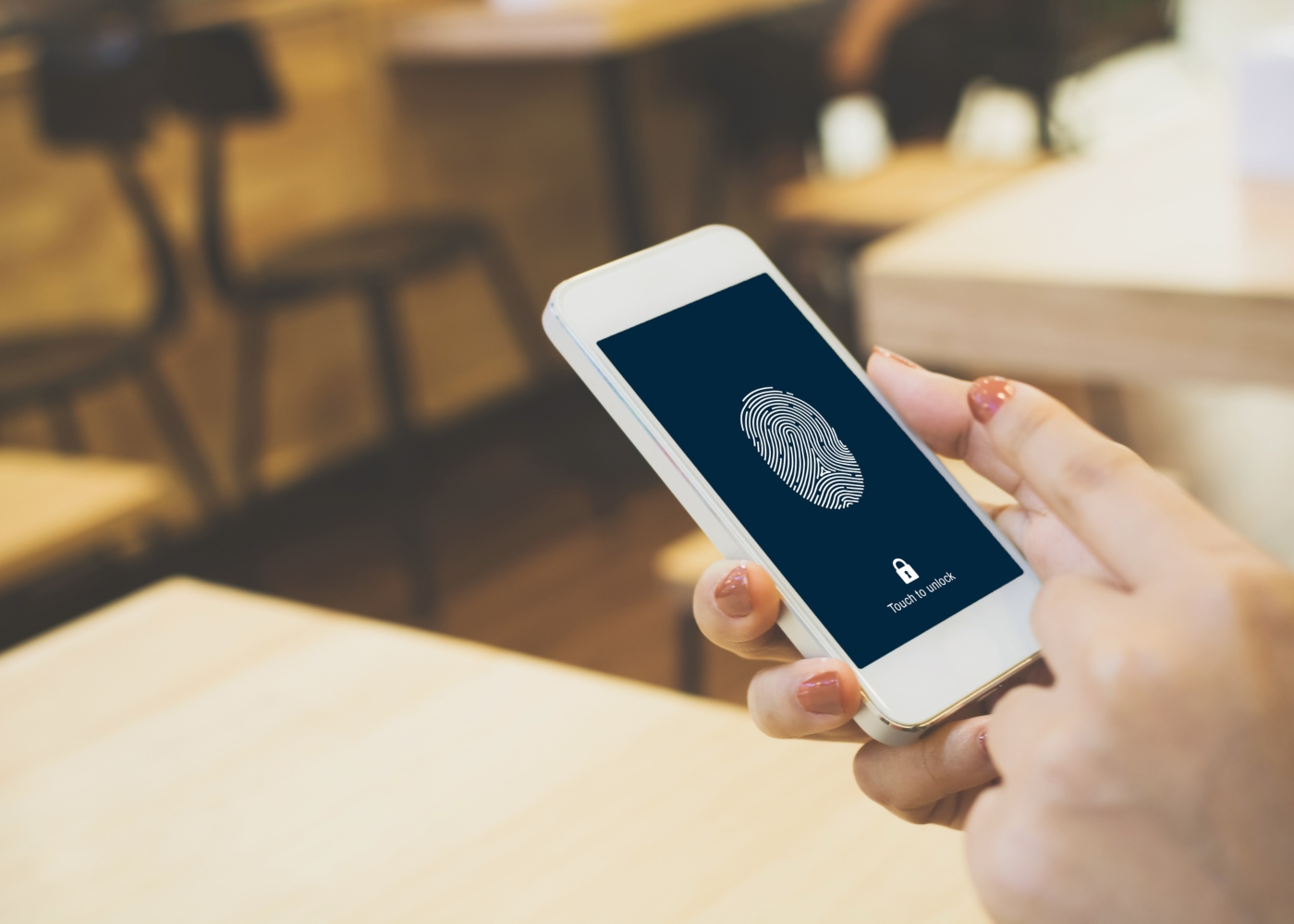 pessoa a desbloquear telefone com impressão digital