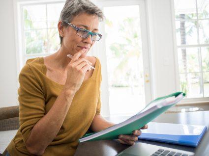 mulher a analisar documentos do fundo de garantia salarial