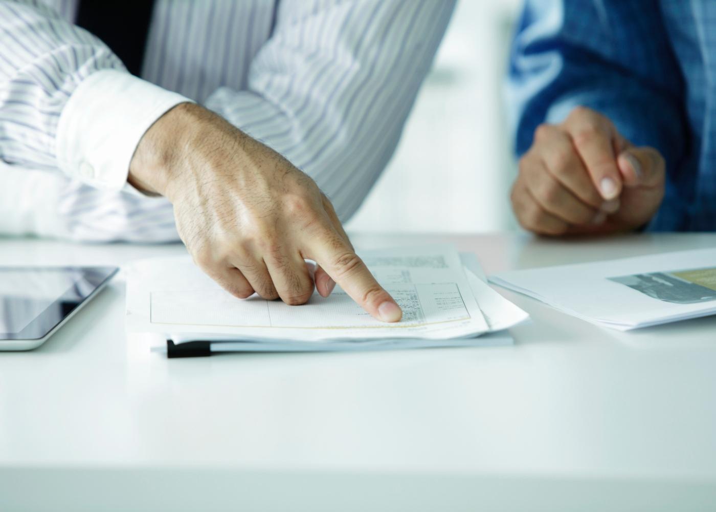 equipa a analisar documentos do fundo de garantia salarial
