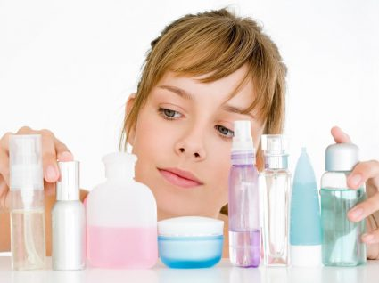 Mulher com hábitos que arruinam a pele