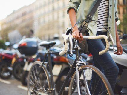 jovem ciclista a parar bicicleta