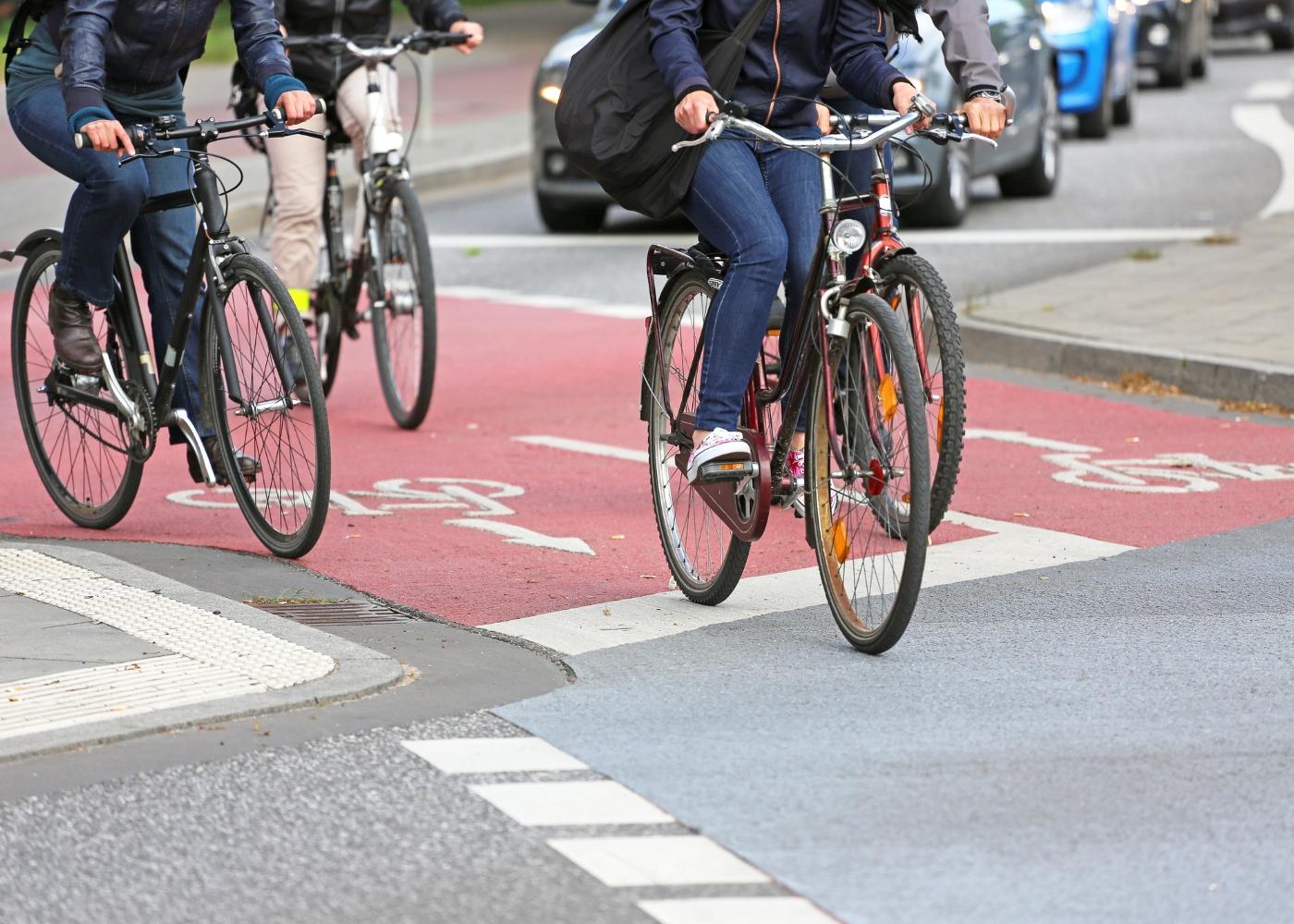 pessoas a andar de bicicleta na cidade segundo regras para ciclistas