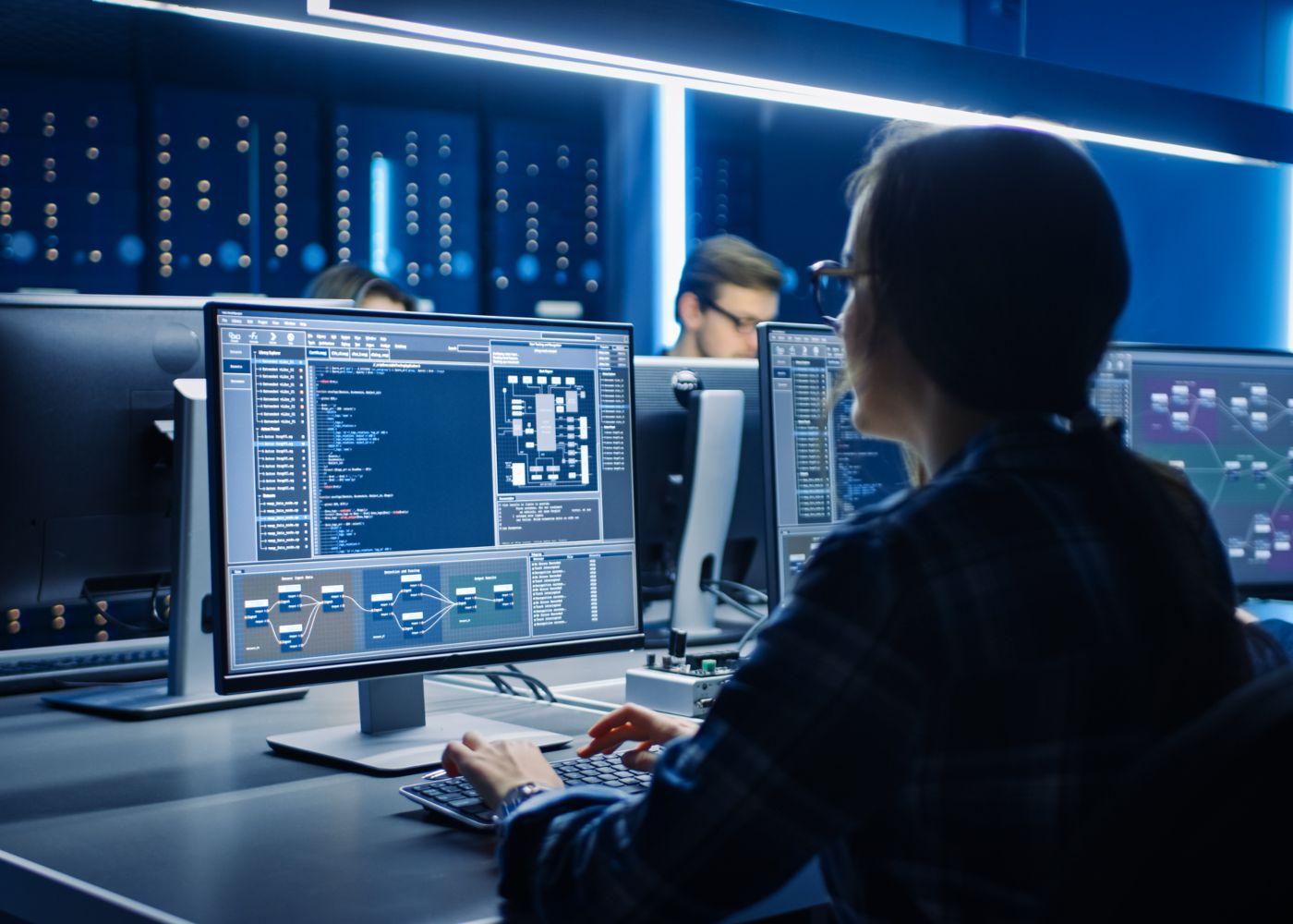 mulher a trabalhar ao computador em programação