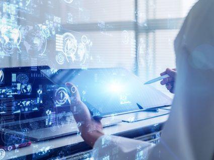 pessoa a trabalhar em tecnologia com tablet a desenvolver competências técnicas