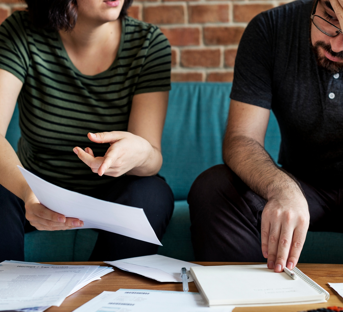 mulher e homem analisam documentos