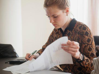 jovem a ler contrato antes de assinar