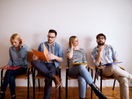 jovens sentados à espera de entrar para entrevista