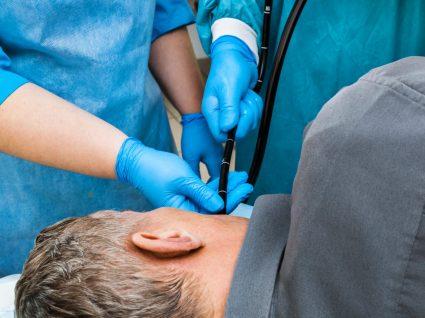 Médico a fazer endoscopia