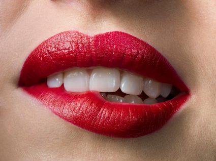 Mulher com lábios aumentados pela maquilhagem