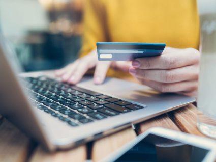 Mulher a fazer pagamentos online