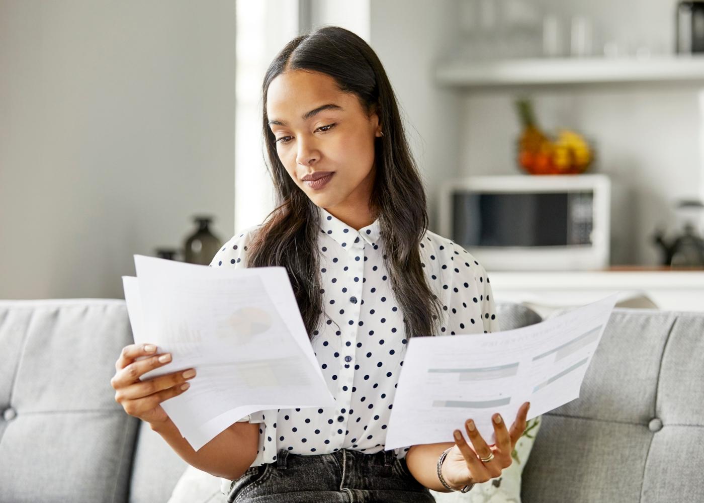 Mulher a organizar documentos para pedido de crédito