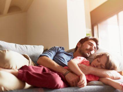 Pai e filho a dormir a sesta