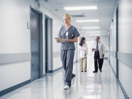 enfermeira a trabalhar ao sábado