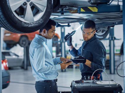 mecânico a avaliar volante do motor do carro