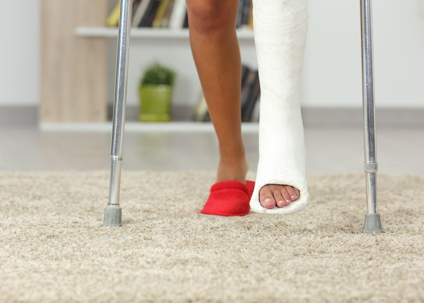 pessoa de muletas com perna engessada