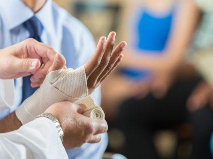 médico a colocar ligadura em trabalhador com incapacidade temporária parcial