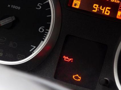 painel de um carro em que acendeu a luz do catalisador