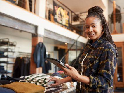 jovens a trabalhar numa loja de roupa, um dos melhores empregos de verão para jovens
