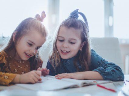 duas crianças a fazer os trabalhos de casa