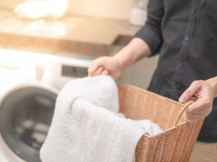 pessoa a segurar cesto da roupa