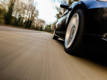 carro a andar a alta velocidade