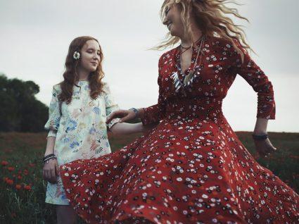 Mãe e filha com vestidos que não enrugam