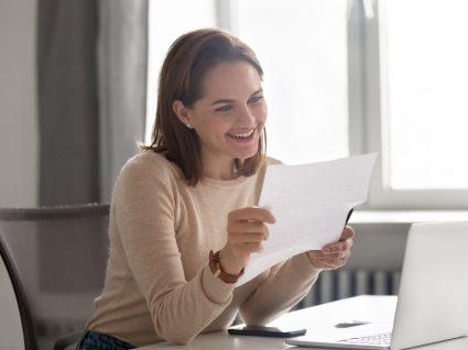 mulher a ler candidatura espontânea antes de enviar