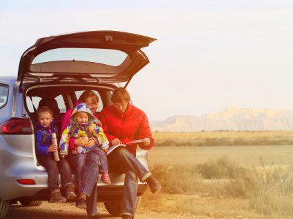 familia na mala de um carro