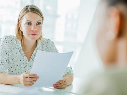 responsável de empresas de recrutamento a falar com candidato