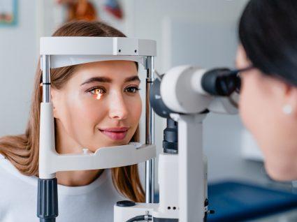 Mulher em consultar para despistar o glaucoma