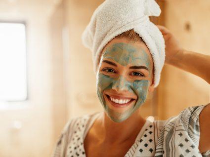 Mulher experimenta máscaras caseiras para problemas de pele