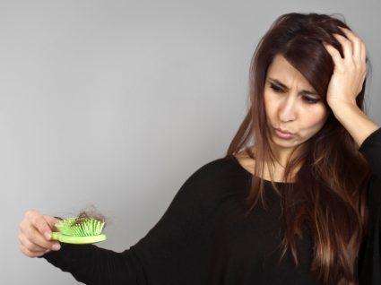 Mulher com queda de cabelo no outono