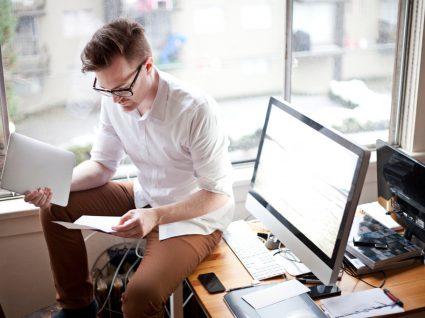 trabalhador independente a analisar documentos