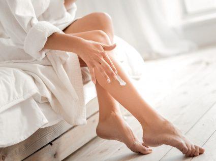 Mulher a aplicar cremes de corpo reafirmantes