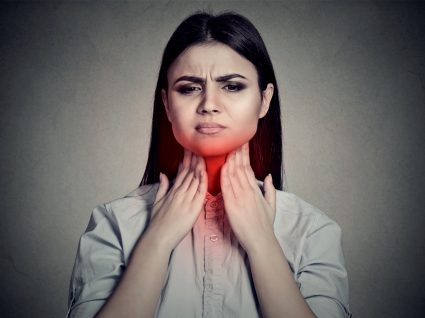 mulher com faringite