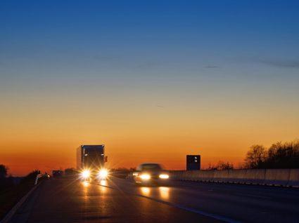 carros com luzes ligadas