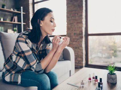Mulher a fazer manicure perfeita em 10 minutos