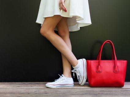 Mulher jovem após comprar sapatilhas com desconto