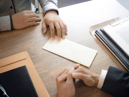 patrão a entregar carta a funcionário pois trabalhador de baixa pode ser despedido