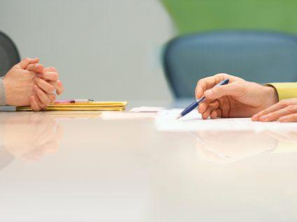 pessoa a explicar tema do aviso prévio do contrato a termo certo a colega