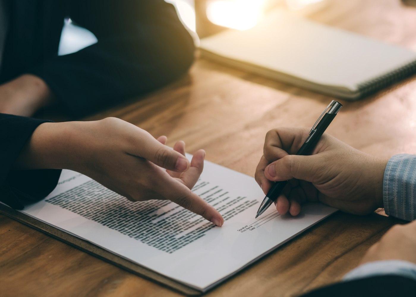 empregadora a explicar cláusulas do contrato a novo funcionário