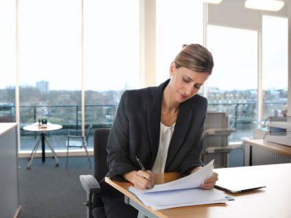 mulher a assinar um contrato de trabalho a termo resolutivo