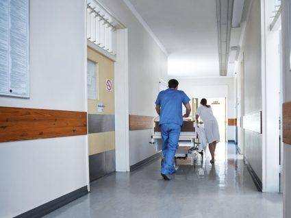 enfermeiros a transportar maca num hospital