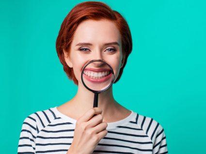 Mulher sem dentes amarelos e manchados